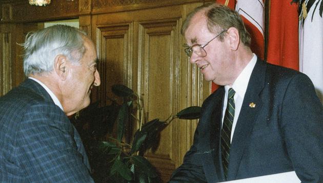 """1991: """"Krone""""-Herausgeber Hans Dichand (li.) gratuliert Robert Löffler zur Ehrenmedaille."""