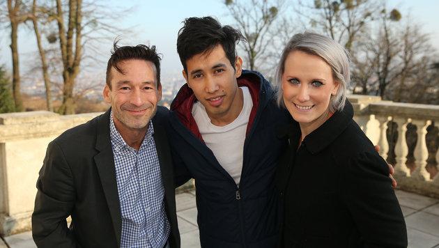 Dankbar ist Ali seinen Integrationshelfern Bernhard und Carina. (Bild: Peter Tomschi)