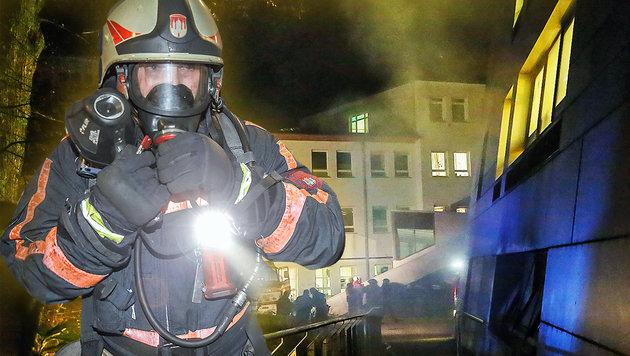 Die Feuerwehrleute mussten die Flammen mit schwerem Atemschutz bekämpfen. (Bild: Markus Tschepp)