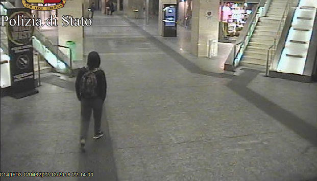 Ein Bild aus einer Überwachungskamera zeigt Anis Amri am Turiner Bahnhof Porta Nuova. (Bild: AP)