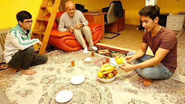 Alis Vater und ein Freund zu Besuch in der Lehrlings-WG (Bild: Peter Tomschi)