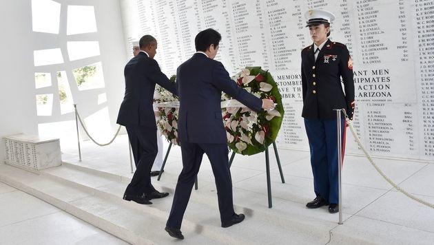Obama und Abe gedachten der Opfer von Pearl Harbor (Bild: APA/AFP/NICHOLAS KAMM)