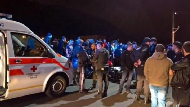 Eine Menschentraube bildete sich nach dem Vorfall, störte die Arbeit der Einsatzkräfte. (Bild: Max Grill)