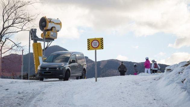 Das Auto blieb auf einem momentan wegen Schneemangel gesperrten Skiweg hängen. (Bild: Schmitten Zell am See)