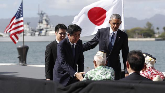 Abe und Obama mit Kriegsveteranen (Bild: AP)