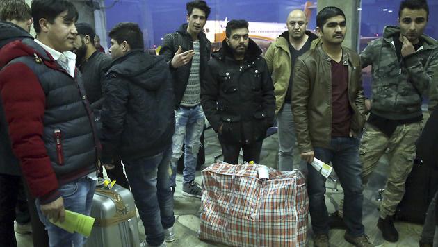 Afghanische Migranten, die aus Deutschland abgewiesen wurden (Bild: The Associated Press)