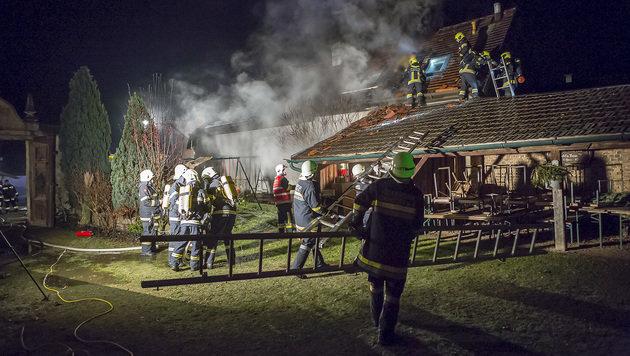 Die Feuerwehr musste das Dach aufbrechen, um die Flammen im Inneren bekämpfen zu können. (Bild: APA/BFK-KREMS/MANFRED WIMMER)