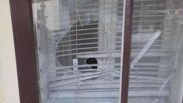 Zwei Scheiben des Hauses gingen bei der Attacke zu Bruch. (Bild: Polizei)