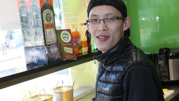 """Zhang Jian Dan arbeitet in einem Asia-Fast-Food-Lokal: """"Es wird schlimmer."""" (Bild: Peter Tomschi)"""