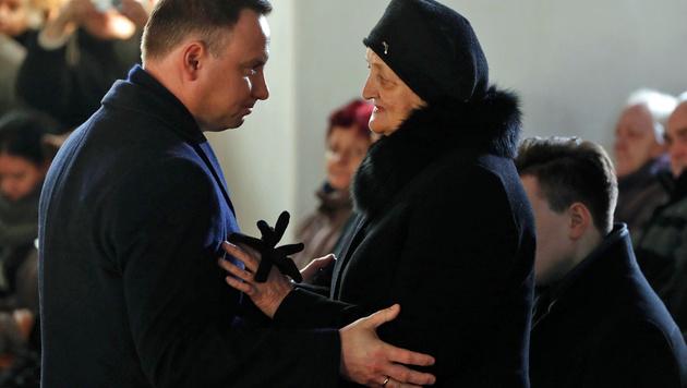 Polens Präsident Duda spricht der Mutter des Lkw-Fahrers sein Beileid aus. (Bild: APA/AFP/ODD ANDERSEN)