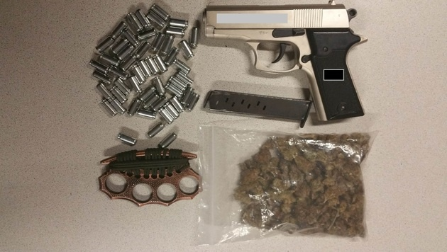 Marihuana, einen Schlagring und und eine Gaspistole samt Munition hatte der 15-Jährige bei sich. (Bild: APA/LPD-WIEN)