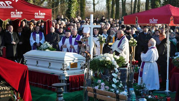 Zahlreiche Menschen versammelten sich am Grab. (Bild: APA/AFP/ODD ANDERSEN)