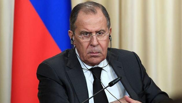 Die russische Regierung (im Bild Außenminister Sergej Lawrow) holt zum Gegenschlag aus. (Bild: APA/AFP/NATALIA KOLESNIKOVA)