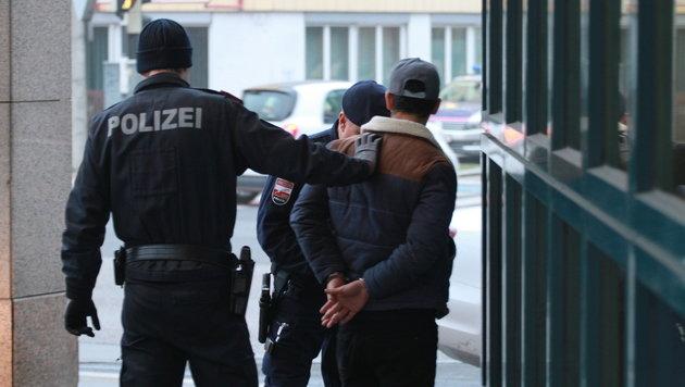 Die Festnahme war spektakulär, die Burschen wurden jedoch nur auf freiem Fuß angezeigt. (Bild: Christoph Gantner)