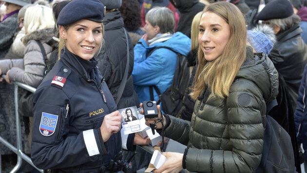 Silvester: Polizei verteilte in Wien Taschenalarme (Bild: APA/HANS PUNZ)