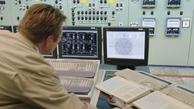Ein ukrainischer Techniker beim Überwachen des Stromnetzes (Bild: APA/AFP/ANATOLII STEPANOV)