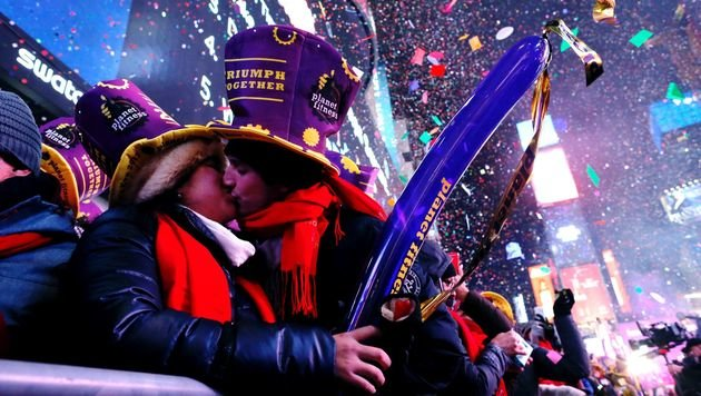 Auch das ist Tradition am Times Square: Um Mitternacht sollte man jemanden küssen. (Bild: APA/AFP/EDUARDO MUNOZ ALVAREZ)