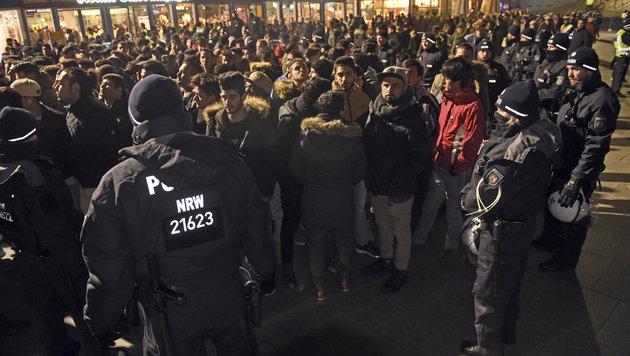 Kölner Polizei für Einsatz zu Silvester in Kritik (Bild: AP)