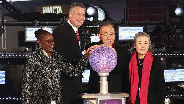 """New Yorks Bürgermeister De Blasio, Ex-UN-Chef Ban und ihre Ehefrauen ließen die """"Kugel fallen"""". (Bild: AP)"""