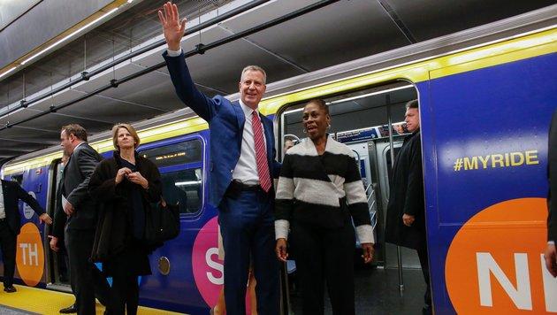 New Yorks Bürgermeister Bill de Blasio und seine Frau bei der Jungfernfahrt (Bild: AFP)