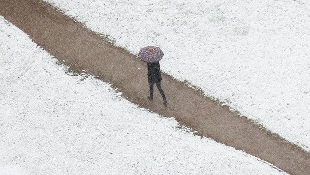 Schnee und stürmischer Wind stellen sich ein (Bild: APA/dpa/Daniel Reinhardt)