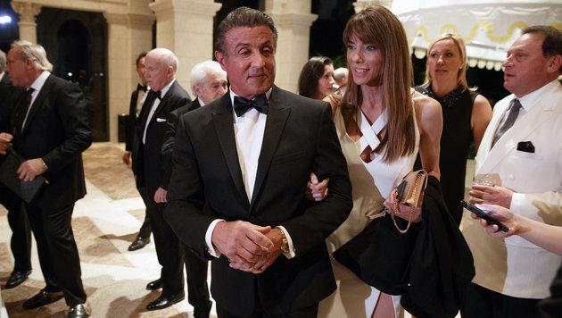 Sylvester Stallone mit Ehefrau Jennifer Flavin bei Trumps Silvesterparty (Bild: ASSOCIATED PRESS)