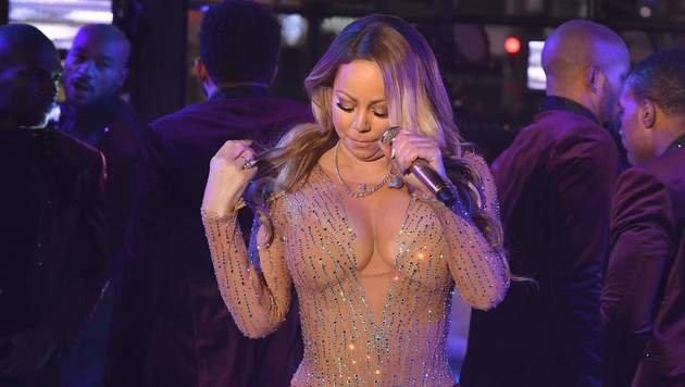 Mehr schweigend als singend: Mariah Carey bei ihrem Auftritt am Times Square (Bild: APA/AFP/ANGELA WEISS)