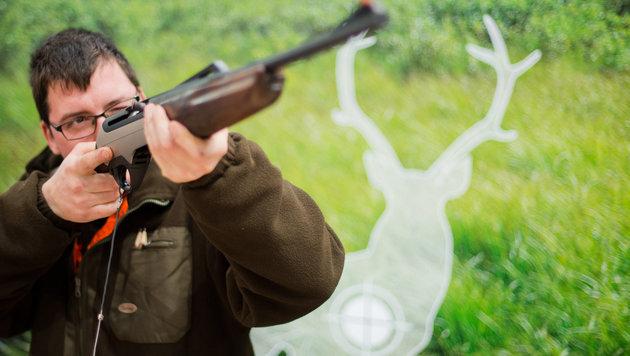 Die Neukäufe von Gewehren gingen im Vorjahr zurück. (Bild: APA/dpa/Julian Stratenschulte)