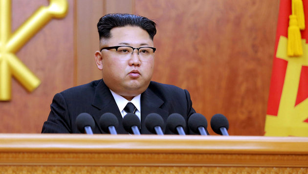 Kim Jong Un bei seiner Neujahrsansprache (Bild: APA/AFP/KNCA/STRINGER)