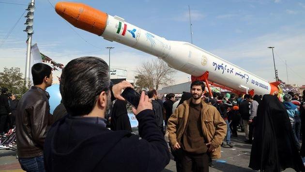 """Schnappschuss eines Iraners vor einer """"Phönix""""-Rakete (Bild: AFP)"""