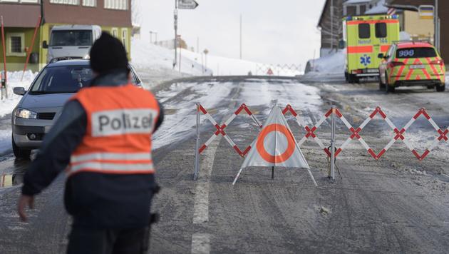 Die Schweizer Polizei im Einsatz in Rehetobel (Bild: APA/KEYSTONE/GIAN EHRENZELLER)