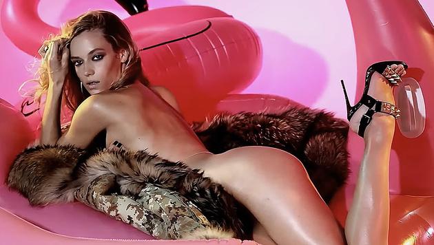 Hannah Ferguson rekelt sich splitternackt am Flamingo. (Bild: Love)