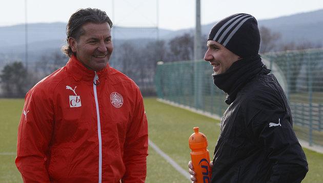 """Mattersburg-Coach Baumgartner """"beschnuppert"""" Team (Bild: Wolfgang Haenlein)"""