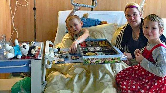 Samuel mit seiner Mama und seiner Schwester im Krankenhaus (Bild: Christian Schulter)