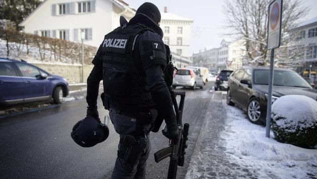 Schweiz: Jagd auf Täter endet mit Selbstmord (Bild: APA/KEYSTONE/GIAN EHRENZELLER)