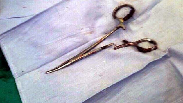 Diese Schere wurde im Bauch des Mannes vergessen. (Bild: APA/AFP/Vietnam News Agency)