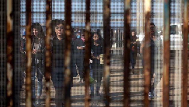 Migranten an der Grenze zwischen den USA und Mexiko (Bild: APA/AFP/GUILLERMO ARIAS)
