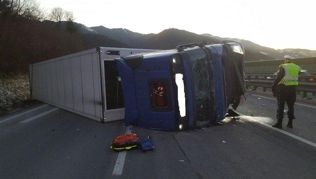 Lastwagen vor Tunnel umgestürzt: Lenker (55) tot (Bild: Rotes Kreuz Bruck-Kapfenberg)