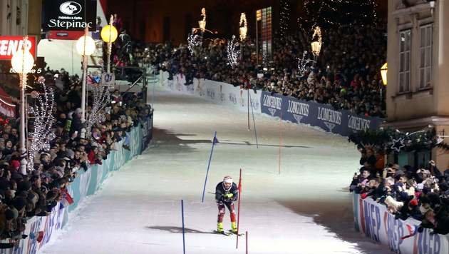 Tausende feiern mit Ski-Legenden 50 Jahre Weltcup (Bild: AFP)