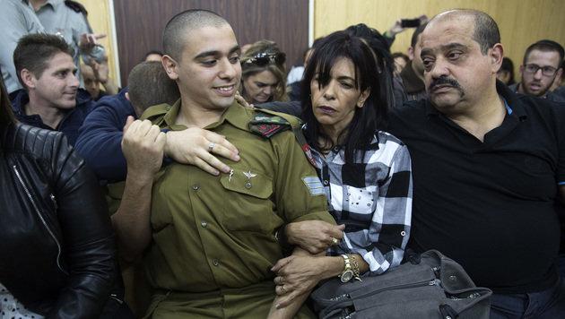 Elor Asaria, der einen Palästinenser erschoss, wird nach dem Urteil von seinen Eltern getröstet. (Bild: APA/AFP/Heidi Levine)