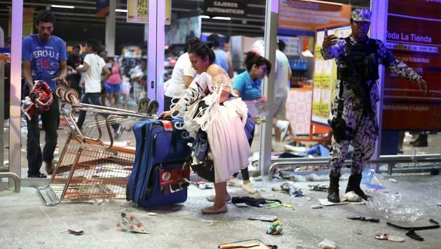 In Massen trugen die Bewohner von Veracruz Konsumartikel aus den Geschäften. (Bild: APA/AFP/ILSE HUESCA)