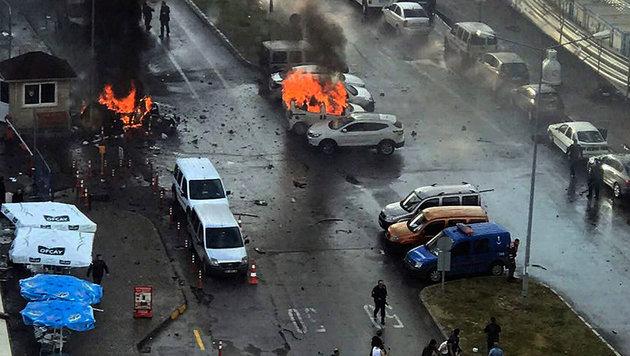 Tote bei Explosion einer Autobombe in Izmir (Bild: Associated Press/DHA)