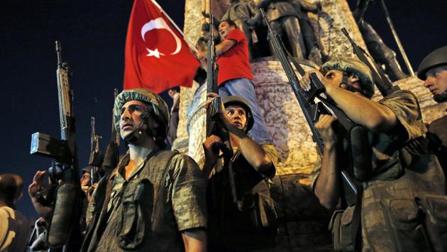 Regierungstreue türkische Soldaten während des Putschversuchs im Juli 2016 (Bild: AP)