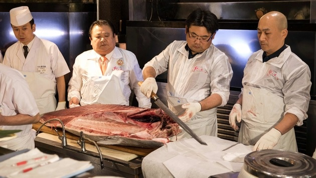 Japan: Luxus-Thunfisch um 600.000 Euro versteigert (Bild: APA/AFP/BEHROUZ MEHRI)