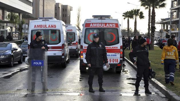 Tote bei Explosion einer Autobombe in Izmir (Bild: Associated Press)