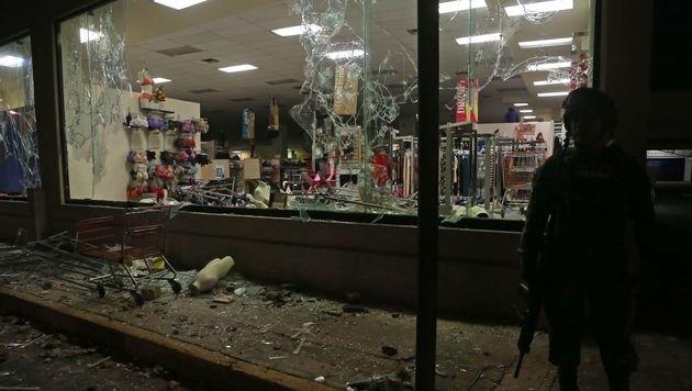 Im Rahmen der Proteste brachen Demonstranten in unzählige Geschäfte ein und plünderten die Regale. (Bild: APA/AFP/ILSE HUESCA)