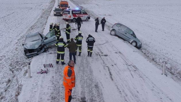 Auf den Straßen in der Steiermark kam es, wie hier nahe Gleisdorf, immer wieder zu Unfällen. (Bild: FF Gleisdorf)