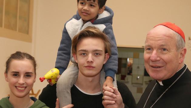 """Kardinal Schönborn besuchte die """"Zweite Gruft"""" der Caritas in Wien-Währing. (Bild: Zwefo)"""