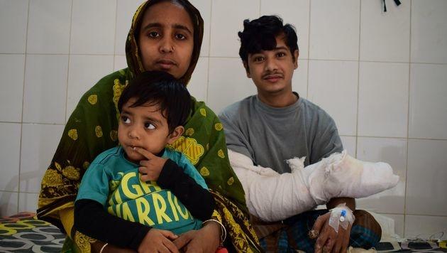 Abul Bajandar mit seiner Familie (Bild: APA/AFP/SAM JAHAN)