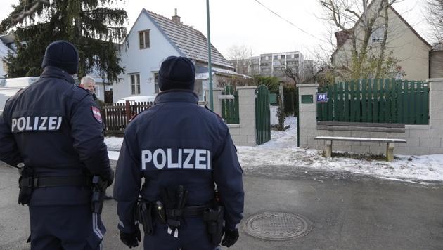 Polizisten vor dem Tatort in Perchtoldsdorf (Bild: Klemens Groh)